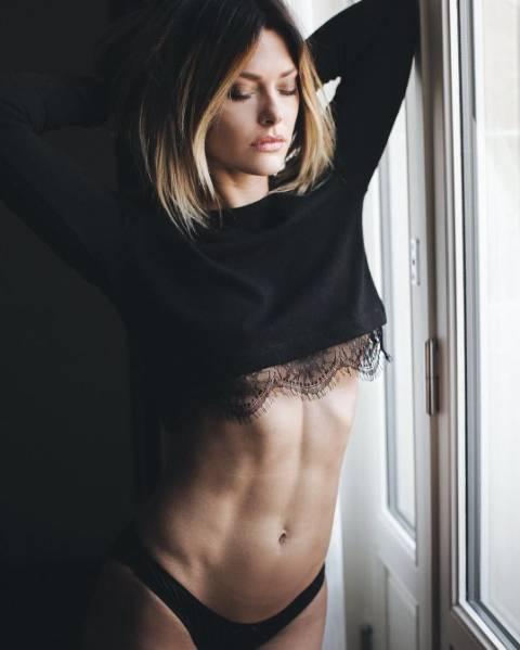 Caroline Receveur enflamme le web avec ses photos sexy à Marrakech !