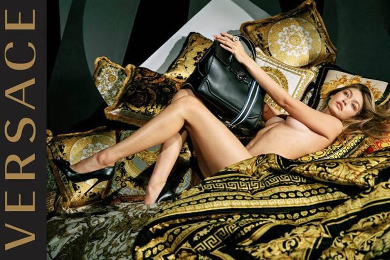 Gigi Hadid nue pour la nouvelle campagne publicitaire de Versace !